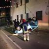 Pompieri liberano 19nne incastrata in un'auto ribaltata