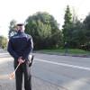 Trattore stradale lo colpisce… e lui lo filma mentre scappa