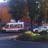 Scontro auto-bici, ciclista a terra: arriva l'ambulanza