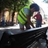 Dopo i muri, le panchine: 20 giovani all'opera con vernici e pennelli