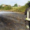 Incendio nei campi: foto dei pompieri all'opera