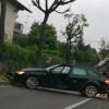 Via Piave, auto va a sbattere contro l'albero