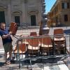 """Sedie dimenticate in piazza, Paleardi: """"Finalmente rimosse!"""""""