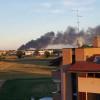 Incendio dietro il Centro di Arese: colonna di fumo visibile da Saronno