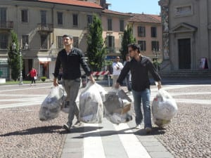 11062013 Silighini porta la spazzatura in Municipio (9)