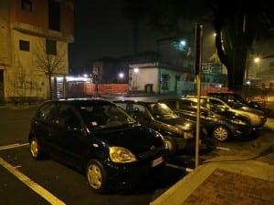 auto in sosta dietro la stazione via Ferrari