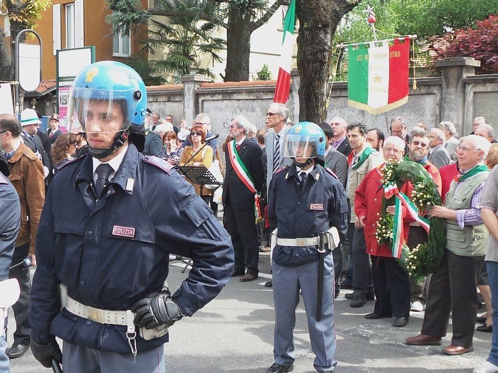 250402014 tensioni in piazza 25  aprile saronno (14)