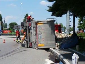 16072014 camion spazzatura ribaltato saronno uscita a9 (2)