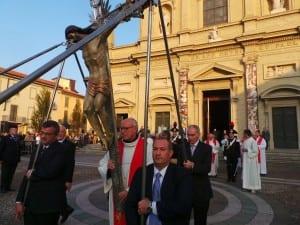 26102014 processione trasporto con cardinale tettamanzi (2)