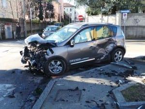 25012015 incidente via parini via visconti saronno (17)