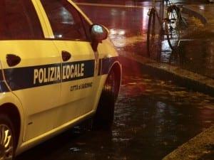 polizia locale stazione notte pioggia (1)