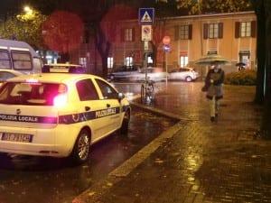 polizia locale stazione notte pioggia (4)