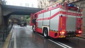 23092015 sottopasso primo maggio auto bloccata pompieri polizia locale (3)