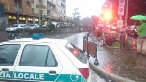 23092015 sottopasso primo maggio auto bloccata pompieri polizia locale (4)