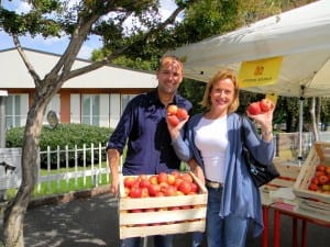 sindaco dante cattaneo distribuisce mele