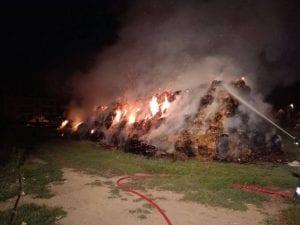 27082016 incendio ceriano balle di fieno pompieri lazzate (6)